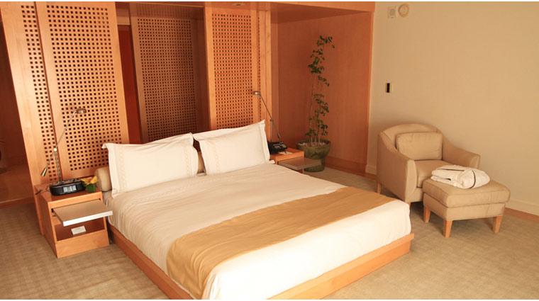 L'Ermitage Beverly Hills Premier Guestroom Bed